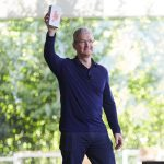 tim_cook_billionth_iphone-1